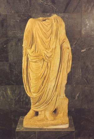 Imponente estátua acéfala de um togado