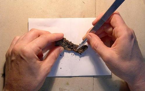 Limpeza mecânica (com bisturi) de ferro